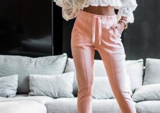 Κοπέλα φοράει γυναικείο παντελόνι από τη συλλογή της Amelies