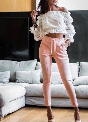 Κοπέλα φοράει γυναικείο τζιν ψηλόμεσο παντελόνι από τη συλλογή της Amelies