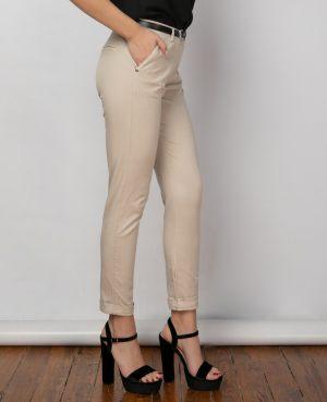Κοπέλα φοράει γυναικείο ψηλόμεσο παντελόνι με ζώνη από τη συλλογή της Amelies
