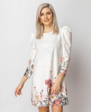 Κοπέλα φοράει φλοράλ καλοκαιρινό φόρεμα από τη συλλογή της Amelies